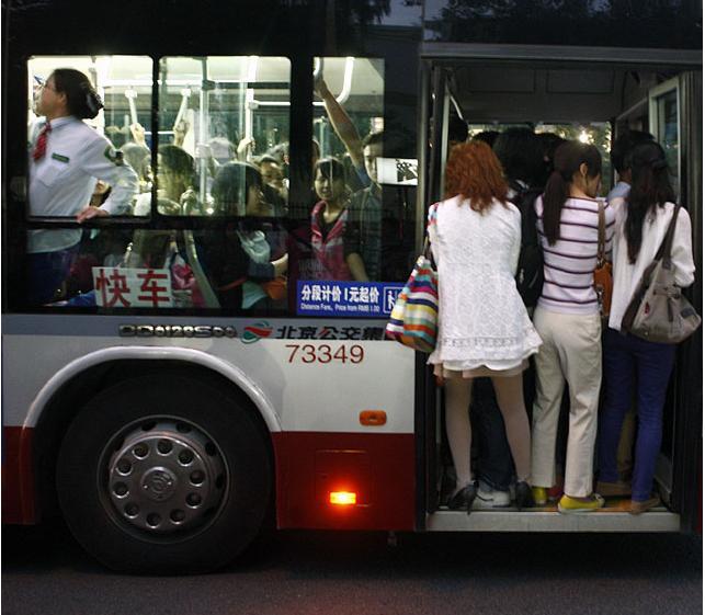 女孩艰难挤公交