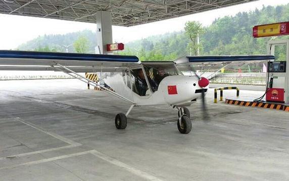 飞机降落北川加油站