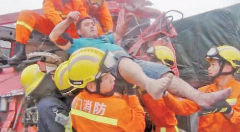 厦门324国道车祸高清图片