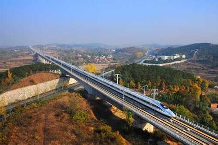 高速铁路运营时速较高,对高铁的轨道要求比其他的铁路要求高,