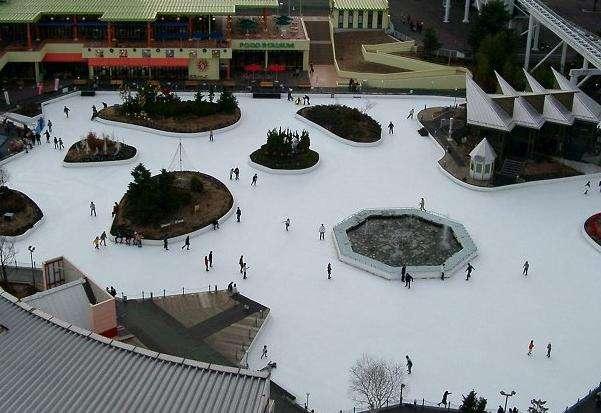 景点名称:富士急高原乐园【日本】 外文名称:Fuji-Q Highland 必去理由:设有日本冬季最大的户外溜冰场 景点所在大洲:亚洲【Asia】 景点所在国家/地区:日本【Japan】 景点所在省、州:山梨县 【Yamanashi Prefecture 】 景点所在城市:富士吉田市 【Fujiyoshida】 景点简介: 富士急高原乐园是一座位于日本山梨县富士吉田市的主题乐园,临近富士山山脚。园内各种游乐设施非常齐全,而且还特设饭店、小商品店,满足了广大游客在游乐过程中的餐饮以及购物需求。 富士急高原乐