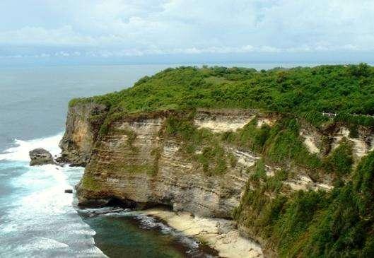 景点名称:乌鲁瓦图悬崖【印度尼西亚】 外文名称:Uluwatu Cliff 必去理由:巴厘岛最凄美的悬崖 景点所在大洲:亚洲【Asia】 景点所在国家/地区:印度尼西亚【Indonesia】 景点所在省、州:巴厘省 【Bali】 景点所在城市:巴东 【Badung】 景点简介: 乌鲁瓦图断崖为巴厘岛的经典景点,坐落于巴厘岛巴东区的南库塔,有三个不同的名字,即断崖、情人崖和望夫崖。每一个壮丽景点的凄美名字背后一般都会有一段凄美的爱情故事,乌鲁瓦图断崖更是如此。 乌鲁瓦图断崖成名是因为后两个名称背后的古老传说