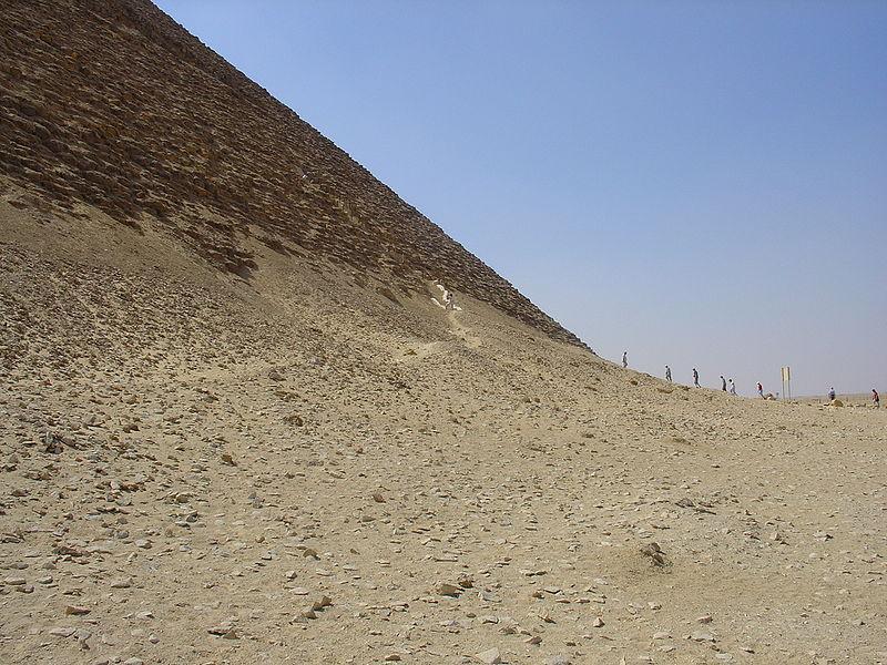 景点名称:红金字塔【埃及】 外文名称:Red Pyramid 必去理由:世界上最古老的金字塔 景点所在大洲:非洲【Africa】 景点所在国家/地区:埃及【Egypt】 景点所在省、州:吉萨省 【Giza Governorate】 景点简介: 红金字塔(Red Pyramid)是世界上最古老的金字塔,因其外观呈微红色而得名。这是一座位于埃及代赫舒尔(Dahshur)的金字塔,为埃及第四王朝法老斯尼夫鲁的陵墓,同时也是世界上第一座真金字塔与埃及第三大金字塔,仅次于吉萨的胡夫金字塔以及卡夫拉金字塔。当红金字塔